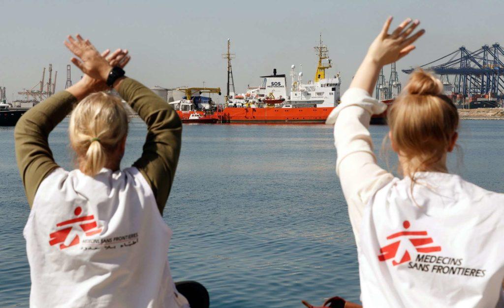 Médicos sin Fronteras recibiendo a los inmigrantes del Aquarius